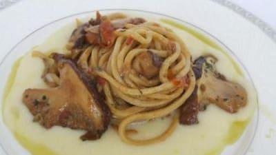 Spaghetti alla chitarra impastati col mosto e sugo di porcini