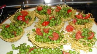Cestini di spaghetti fritti con piselli