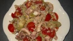 Insalata di farro con polpo, carciofi e pomodorini