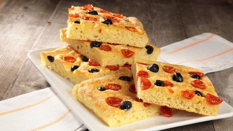 Pizza di patate con pomodorini ed olive nere