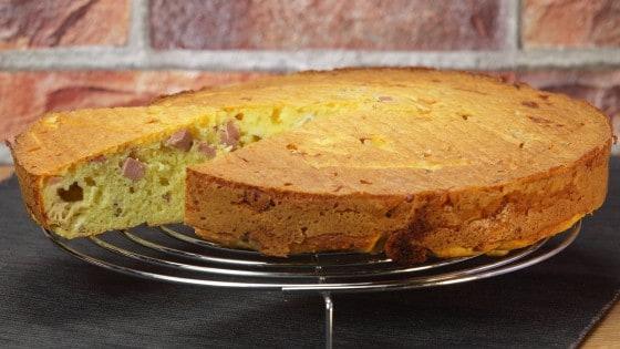Torta salata con wurstel e scamorza