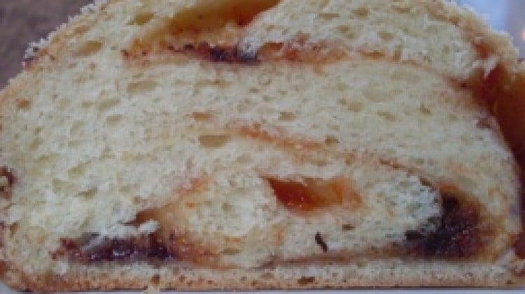 Babka al cioccolato e marmellata di albicocche con lili di segale