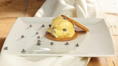 Gelato alla vaniglia, cioccolato e biscotti digestive