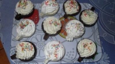 Tazzine al cioccolato con cucchiaino e piattino di frolla