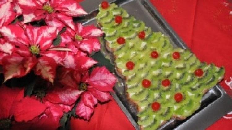 Albero di Natale con crema e frutta
