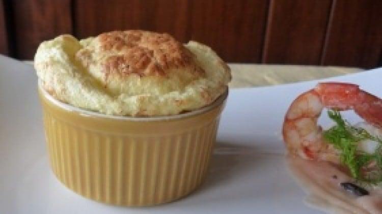 Soufflè di baccalà con purea ai gamberi