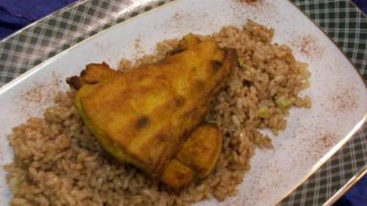 Filetti di ricciola su letto di riso speziato