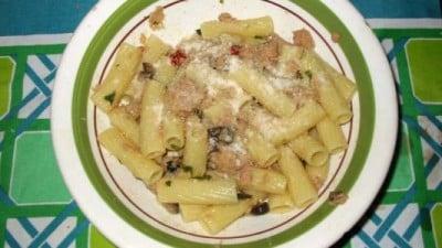 Pasta col tonno, olive nere e pomodorini secchi
