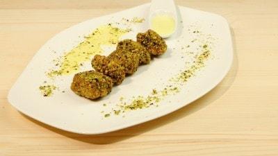 Bocconcini di pollo impanati ai pistacchi con salsa al curry