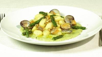 Gnocchi di patate su zuppetta di asparagi e vongole