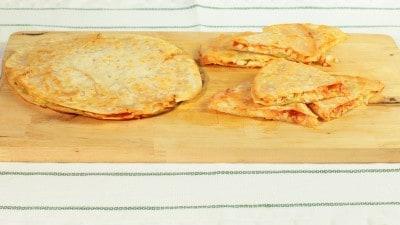 Quesadillas al pomodoro, pollo e avocado