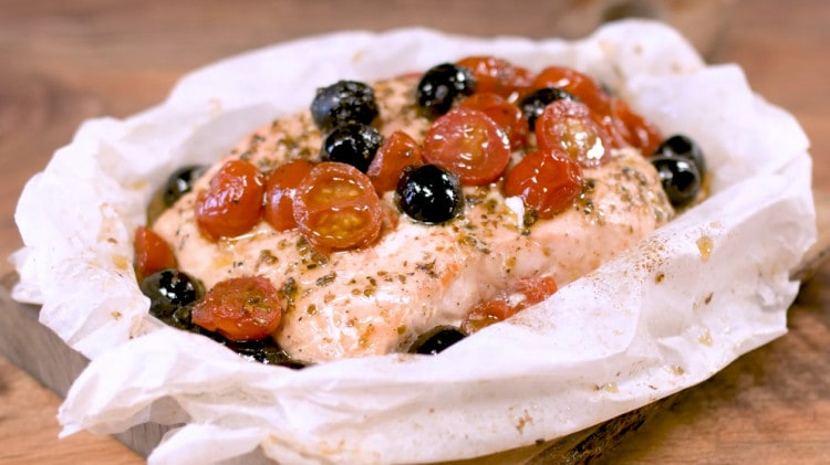 Salmone pomodori e olive al cartoccio