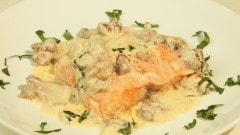 Salmone con salsa ai finferli e basilico