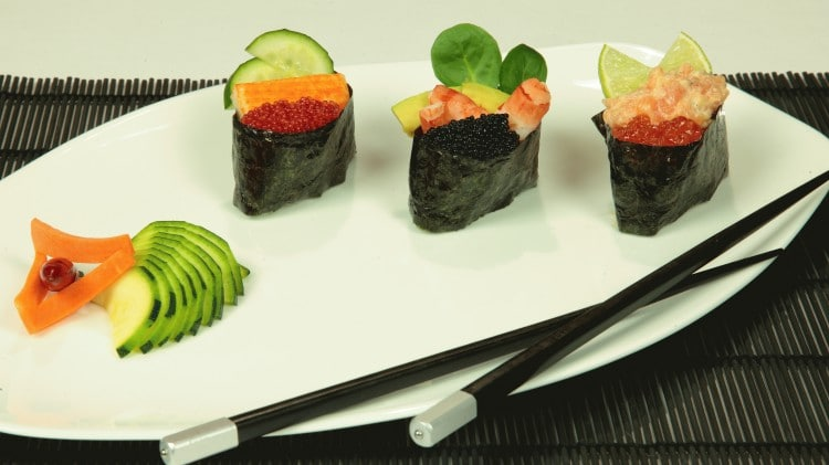 Gunkanmaki sushi con uova di salmone
