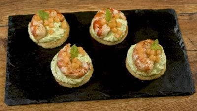 Crostini con crema di zucchine e gamberi saltati