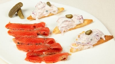 Salmone marinato con sale e vodka