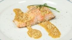 Salmone alla piastra con salsa ai pinoli