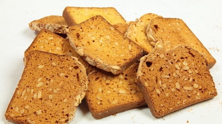 Fette biscottate ai pinoli