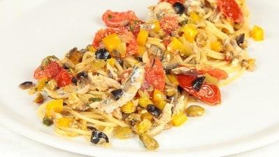 Spaghetti con acciughe olive e peperoni
