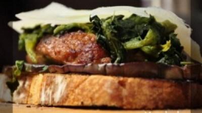 Crostone salsiccia, melanzane, spinaci e caciocavallo