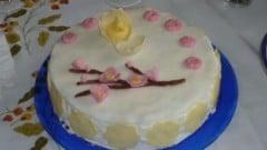 Torta con crema chantilly e cioccolato decorata in pasta di zucchero